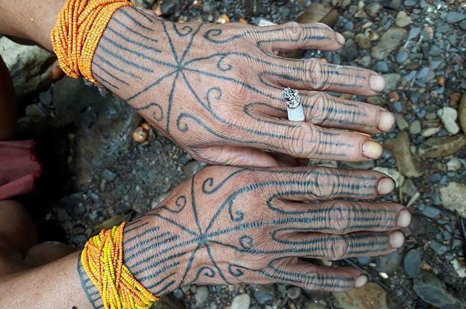 Mains tatouées d'un shaman Mentawai