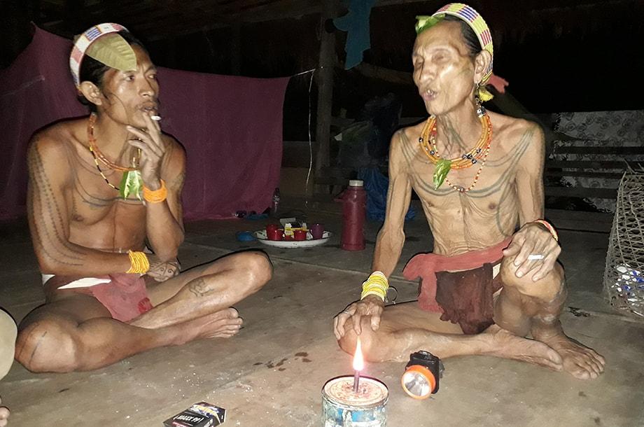 Deux shamans Mentawai à la lueur d'une bougie