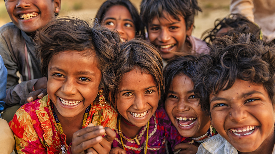 Groupe d'enfants indiens qui rient