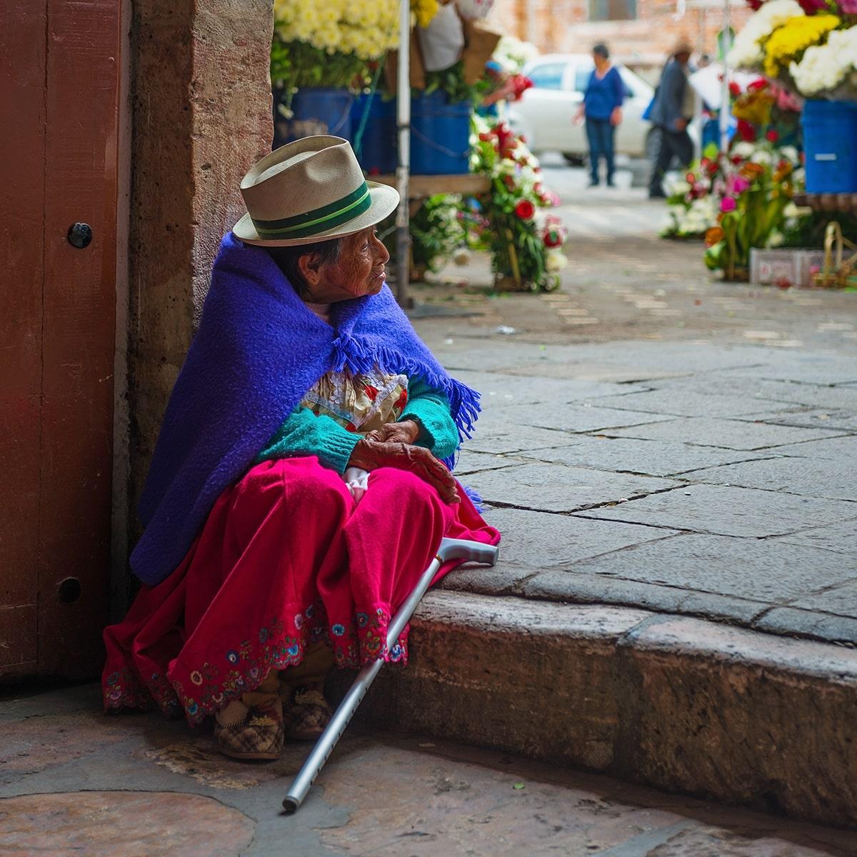 Femme âgée assise sur une marche en Équateur authentique