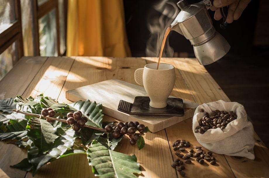 café servi dans une tasse en Équateur authentique