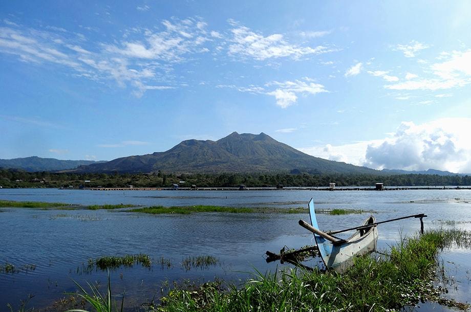 Bateau à balancier sur le lac et volcan Batur