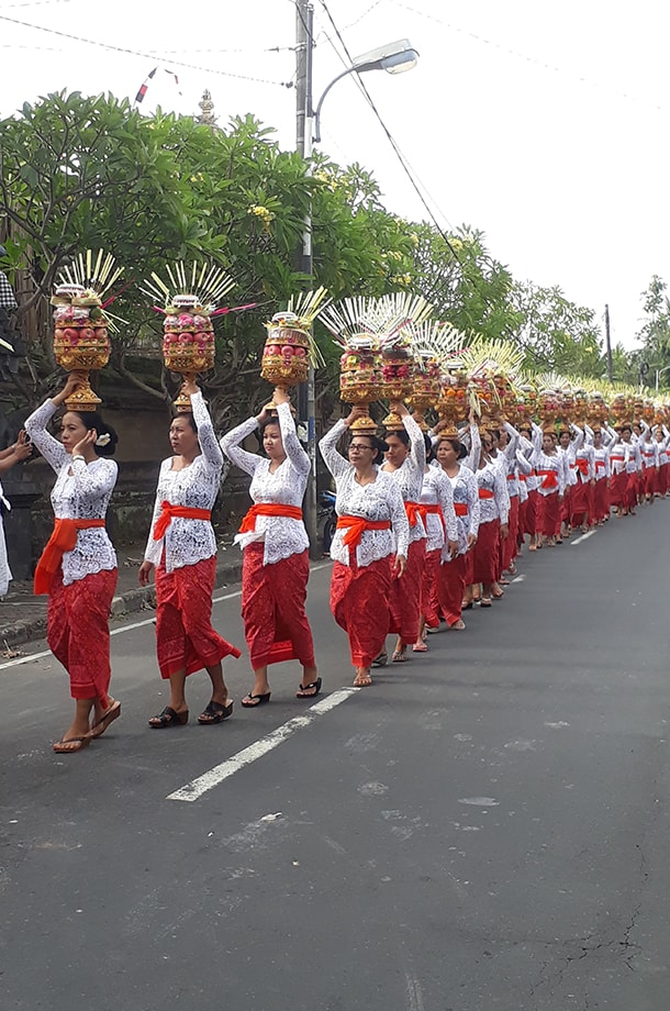 Procession de femmes balinaises