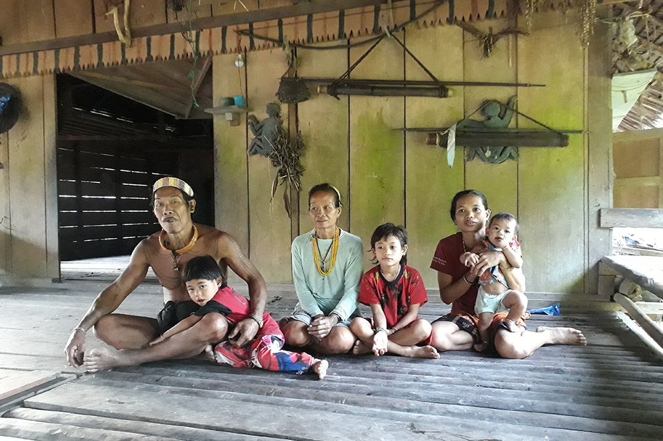 Famille Mentawai assise dans sa Uma