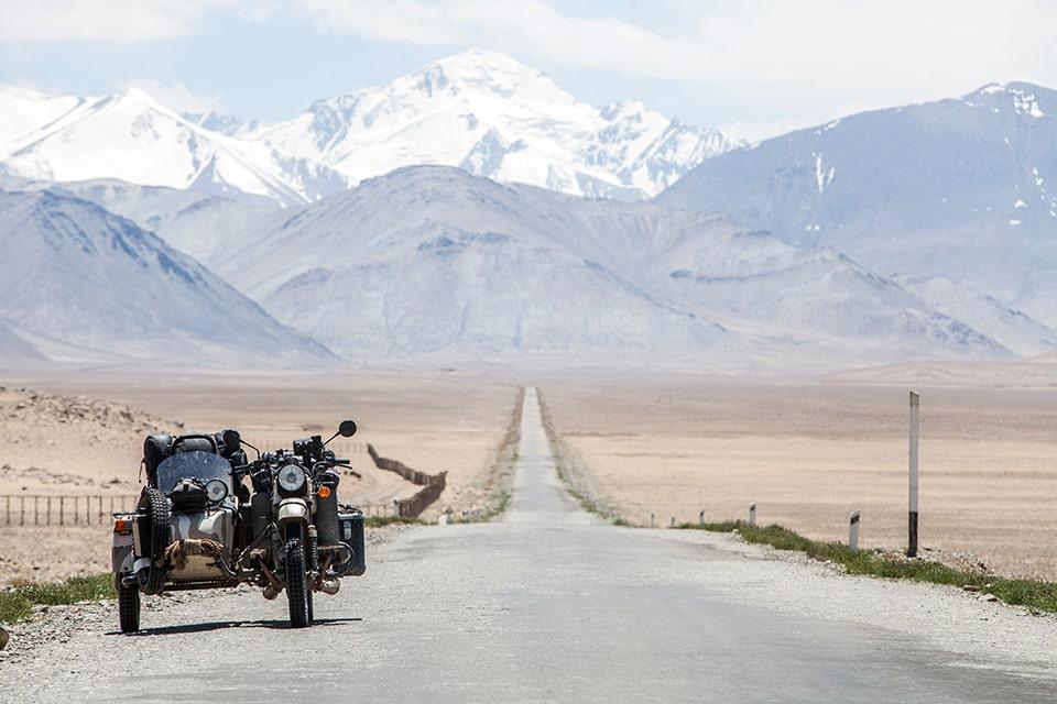 Moto avec sidecar route vers montagne