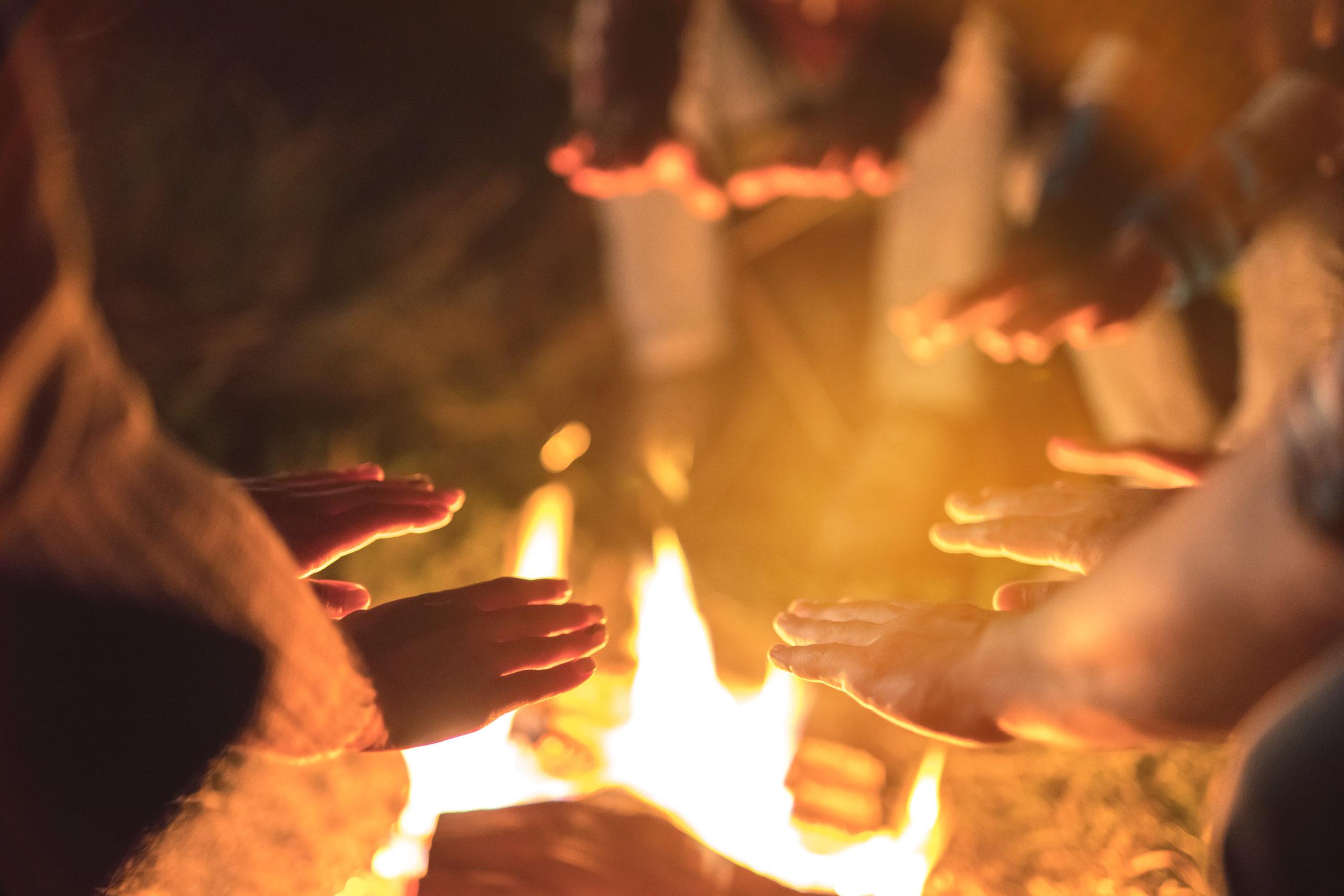 Mains auprès du feu pour une entreprise libérée
