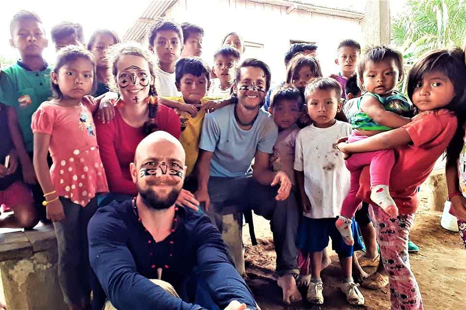 Voyageurs et enfants Achuar Equateur