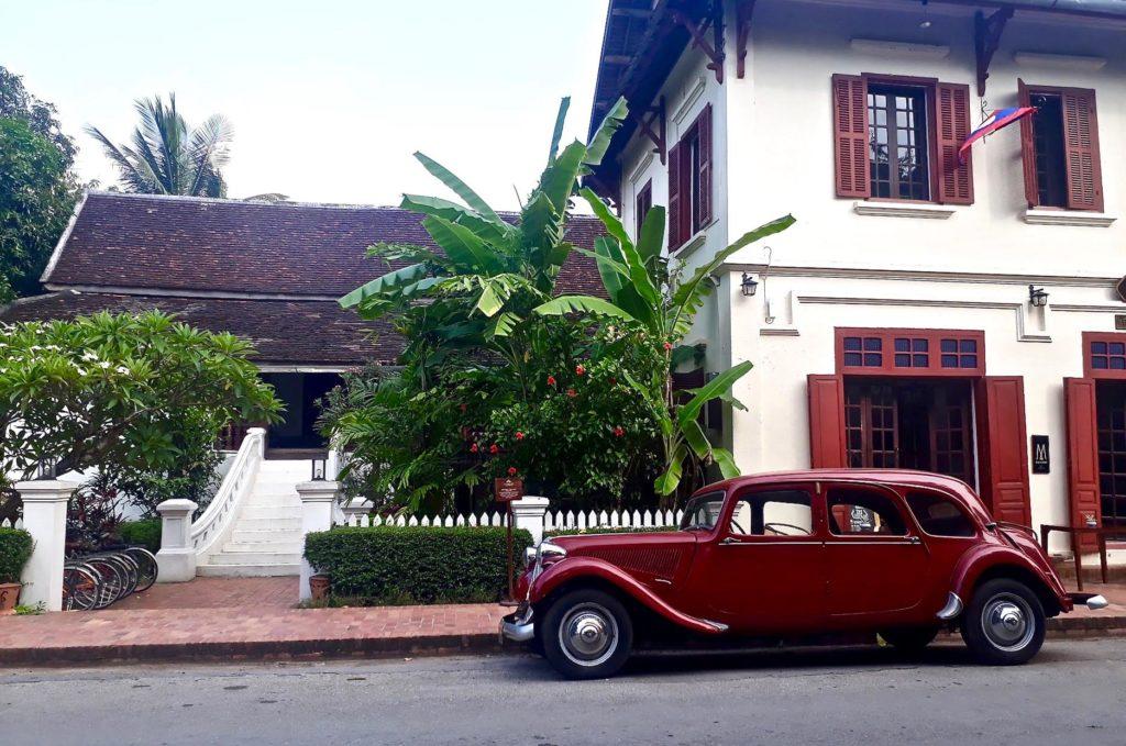 voiture ancienne dans les rues de Luang Prabang destination voyage Laos