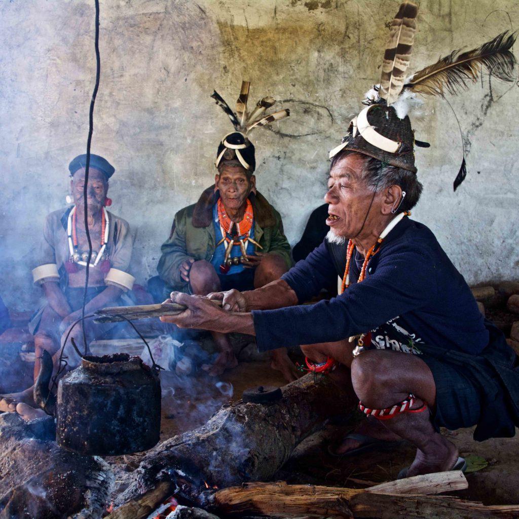 Naga Konyak autour du feu