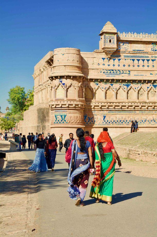 Femme en sari devant le fort de Gwalior Inde