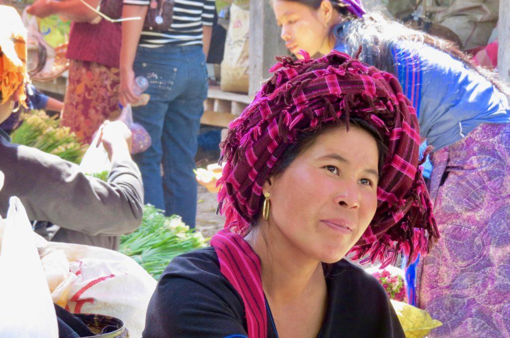 femme Birmane de face sur un marché au lac Inle