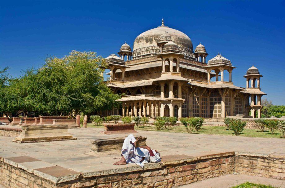 Mausolee Tensen Gwalior homme alongé Inde