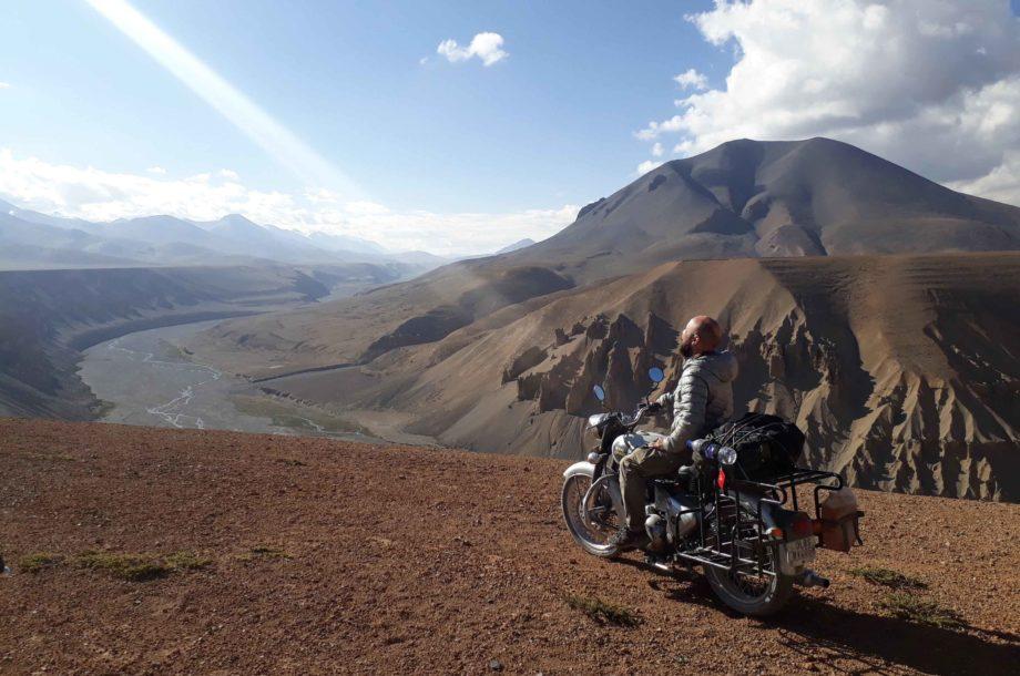 homme sur moto devant paysage du Ladakh en Inde