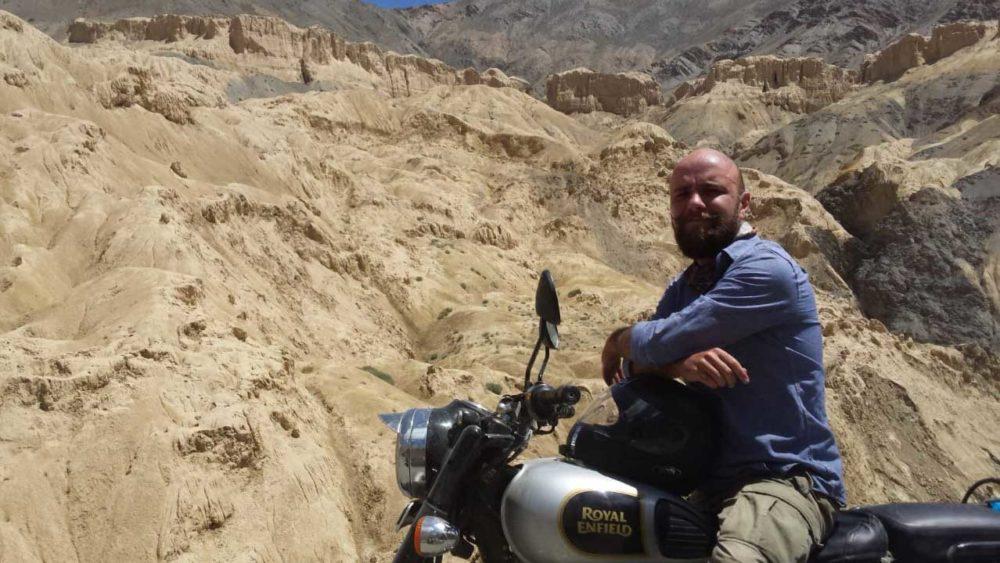 Homme sur moto en Inde Himalaya