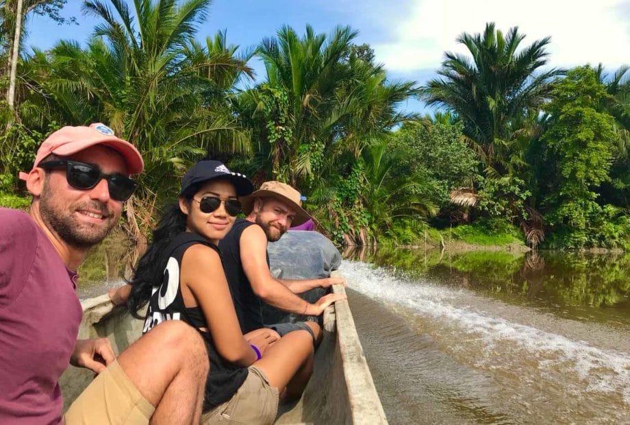 3 personnes sur une pirogue