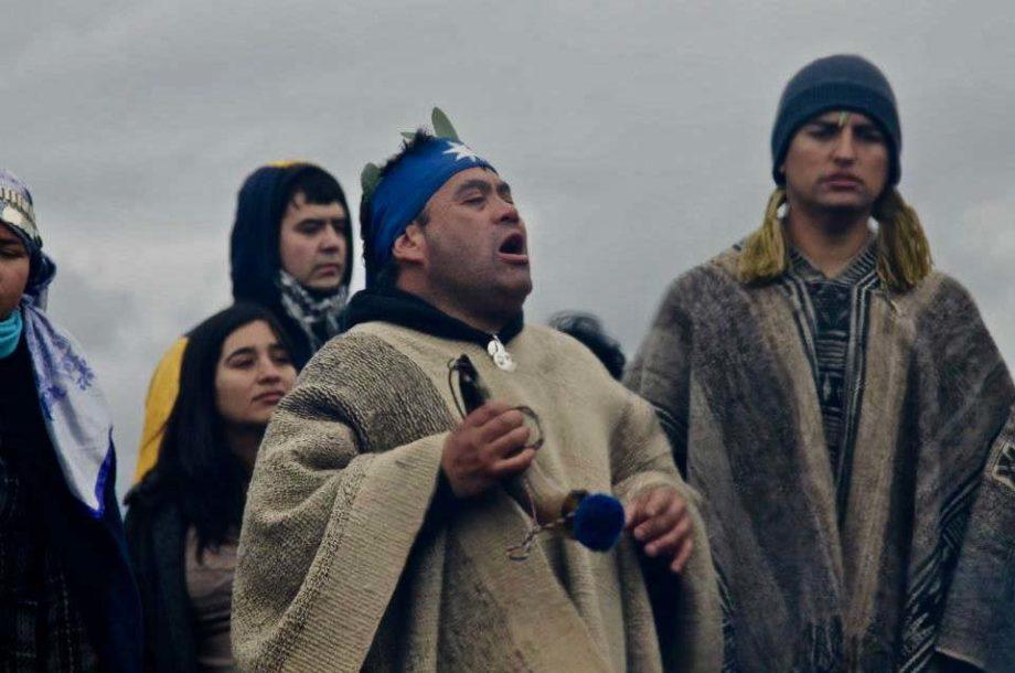 Homme Mapuche qui chante pendant une cérémonie