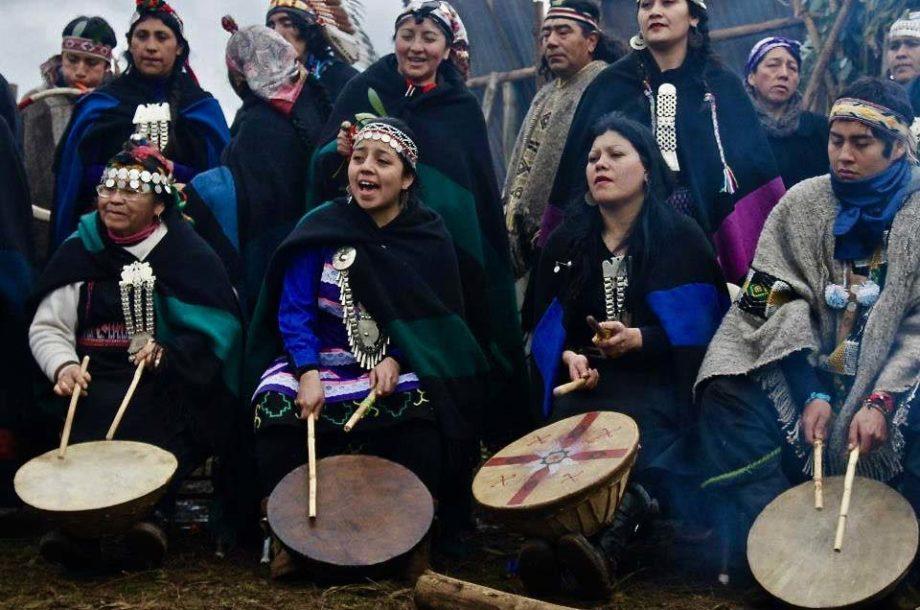 Communauté Mapuche chantant et jouant des percussions