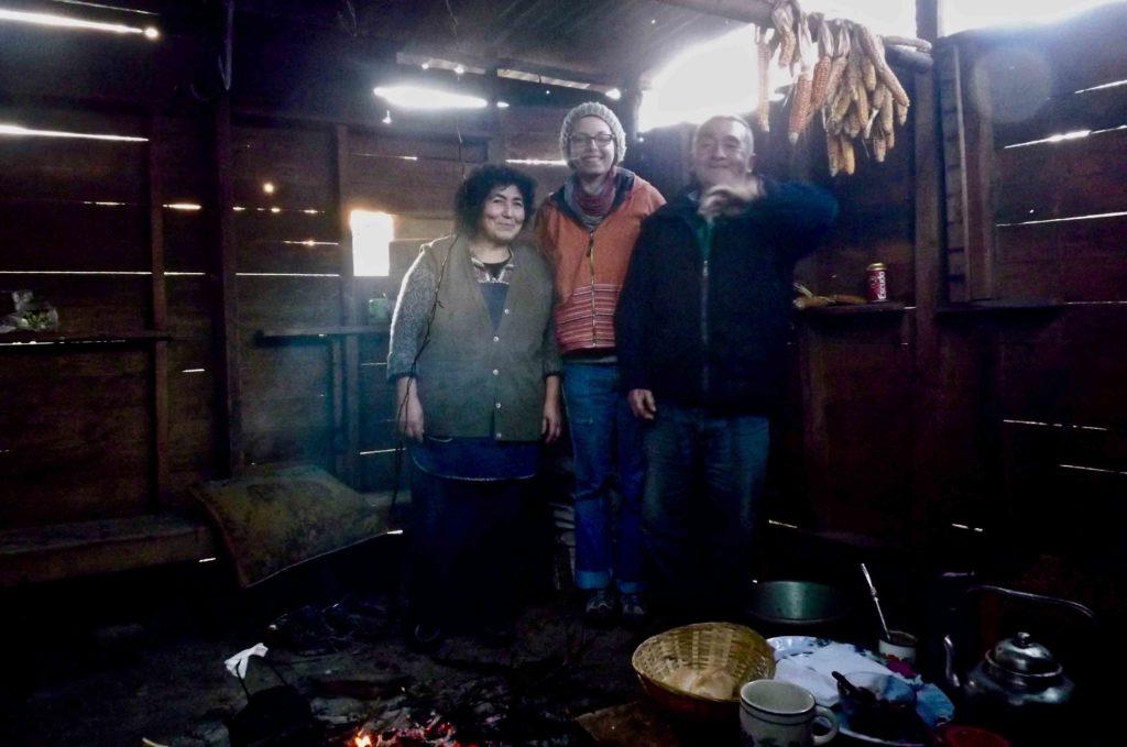 trois personnes dans une maison traditionnelle