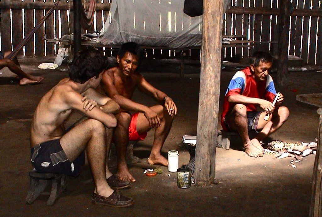Groupe d'hommes Yucuna assis dans une case Indiens d'Amazonie