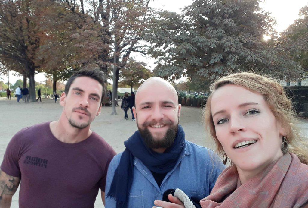 deux hommes et une femme de face équipe Serenji Travel