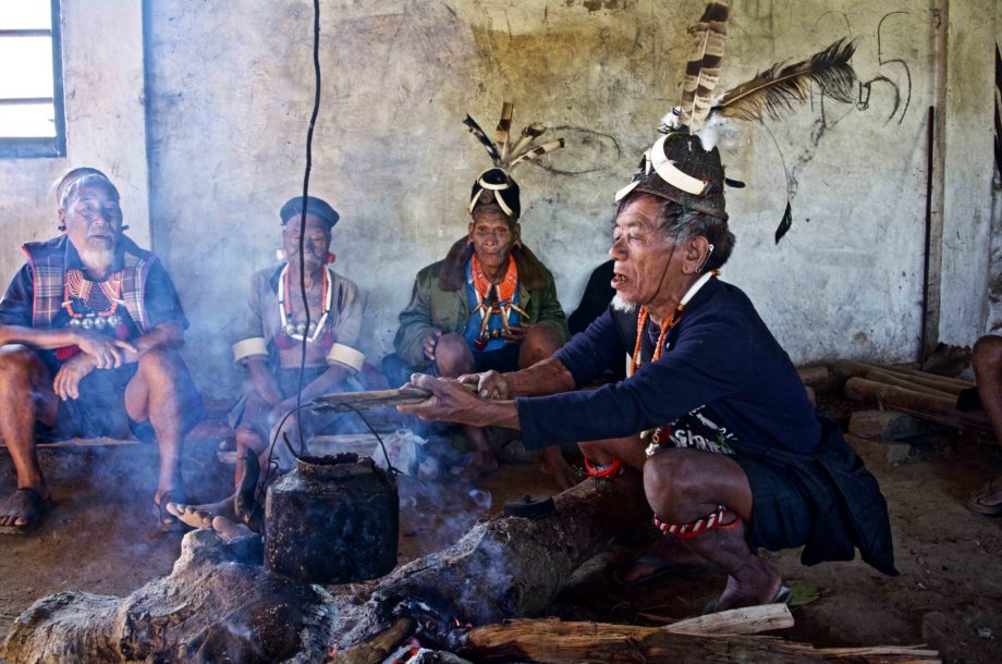 Groupe de Naga Konyak autours du feu à Hongphoi au Nagaland
