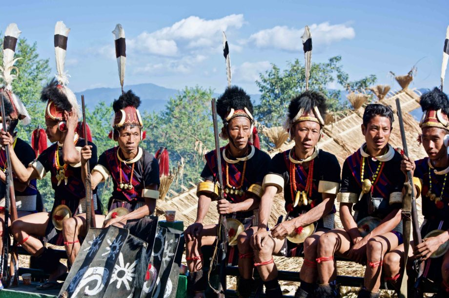 Guerriers Naga assis sur une balustrade au Hornbill Festival Nagaland Voyage Inde