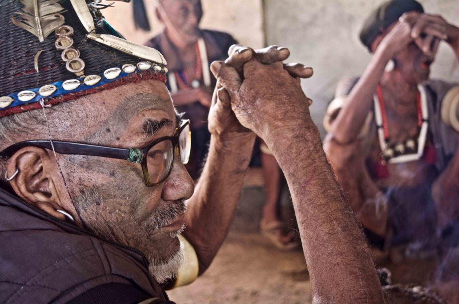 Vieille homme Naga Konyak de profile