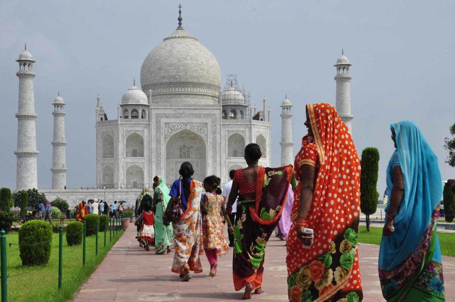 Femmes en sari devant le Taj Mahal voyage en Inde