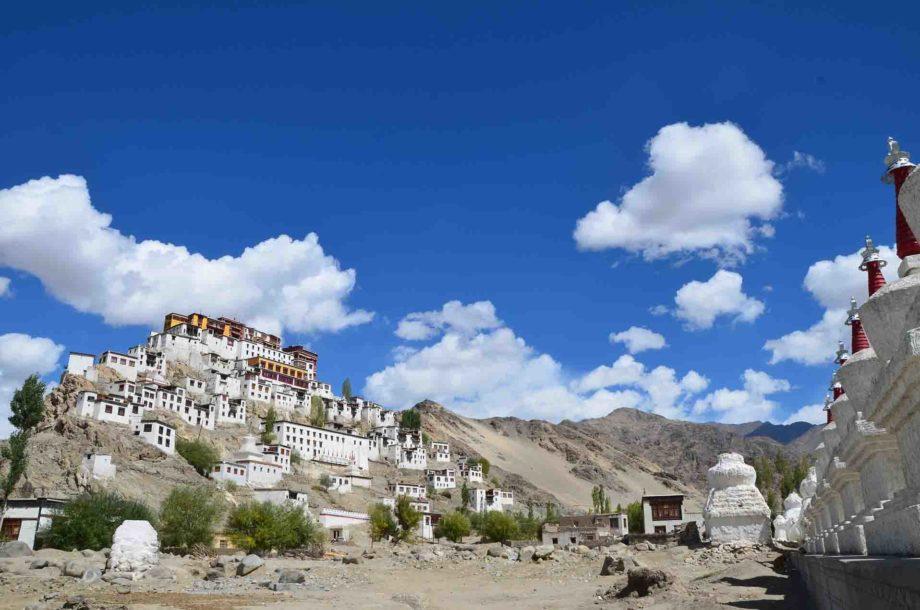 Monastère Ladakhi par ciel bleu