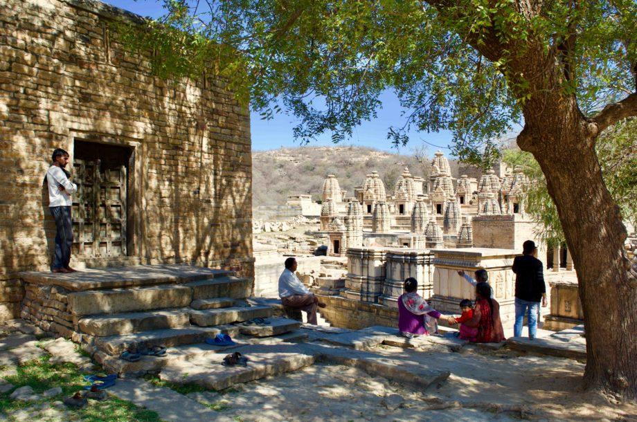 Groupe de personne devant les temples de Bateswar voyage en Inde