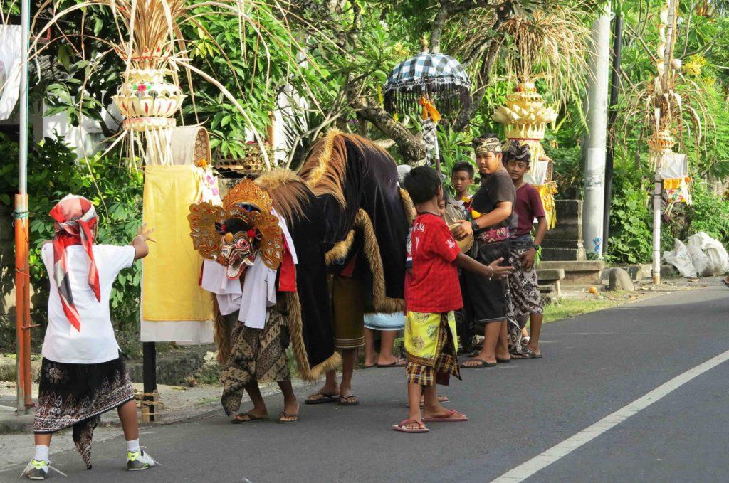 Les enfants jouent avec le Barong à Bali