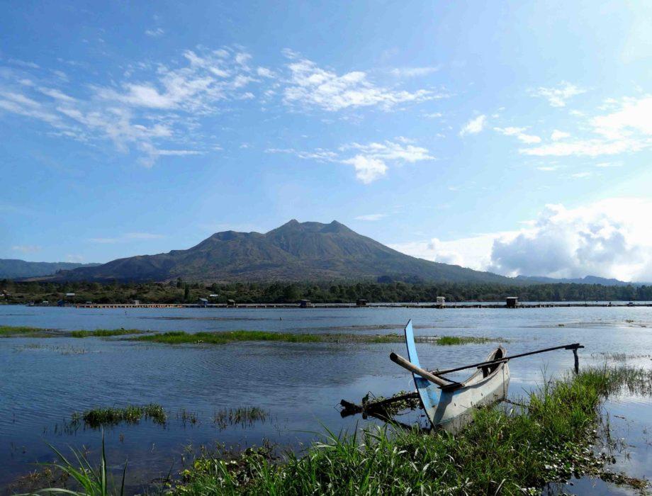 Volcan Batur avec un bateau sur le lac