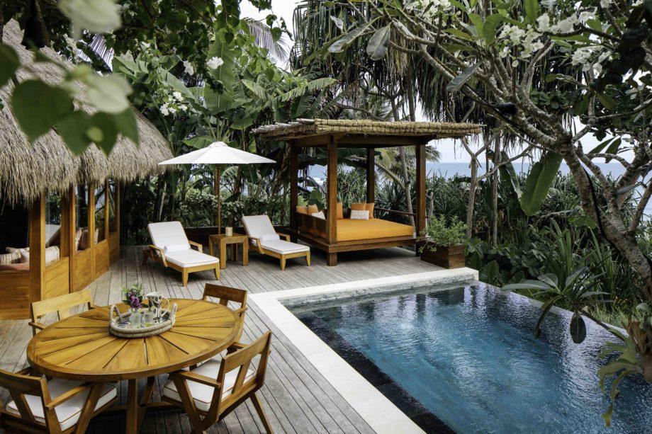 Piscine et transat d'un hôtel de charme à Sumba en Indonésie authentique