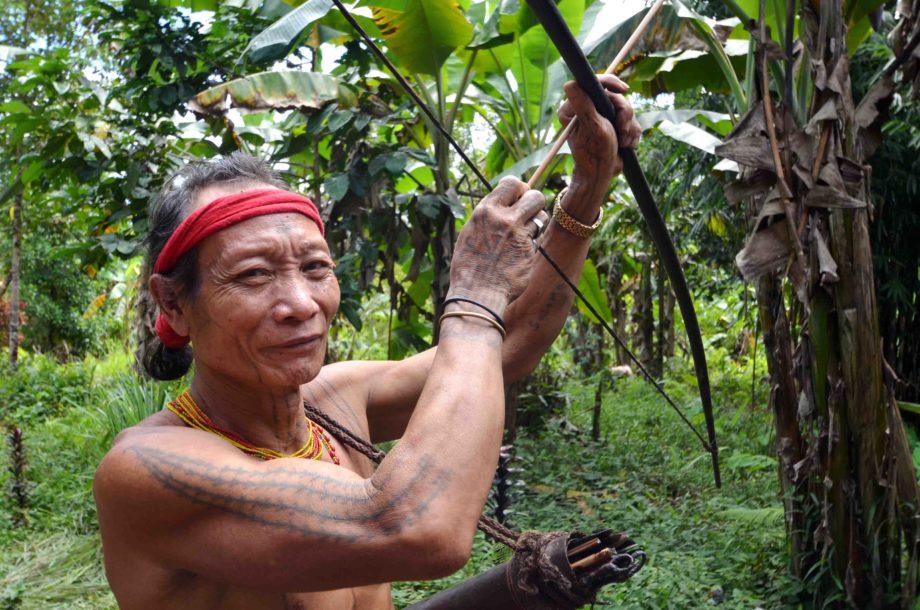 Homme fleur chasse avec un arc dans la jungle Mentawai