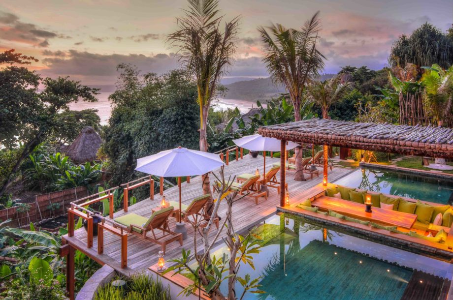 Piscine et transat avec vue sur la mer dans un hôtel de charme à Sumba en Indonésie authentique