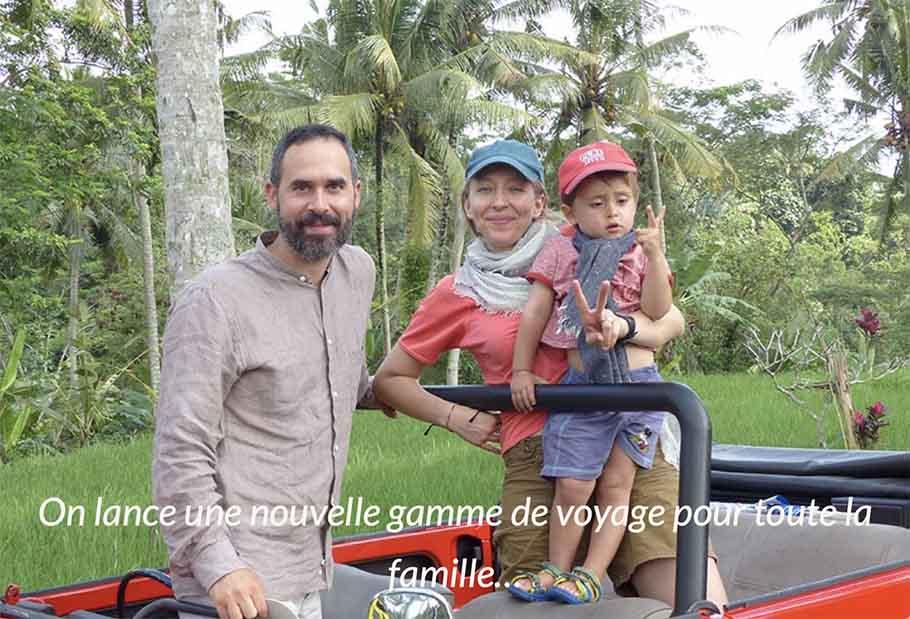 Famille avec jeune enfant devant rizières et cocotiers à Bali