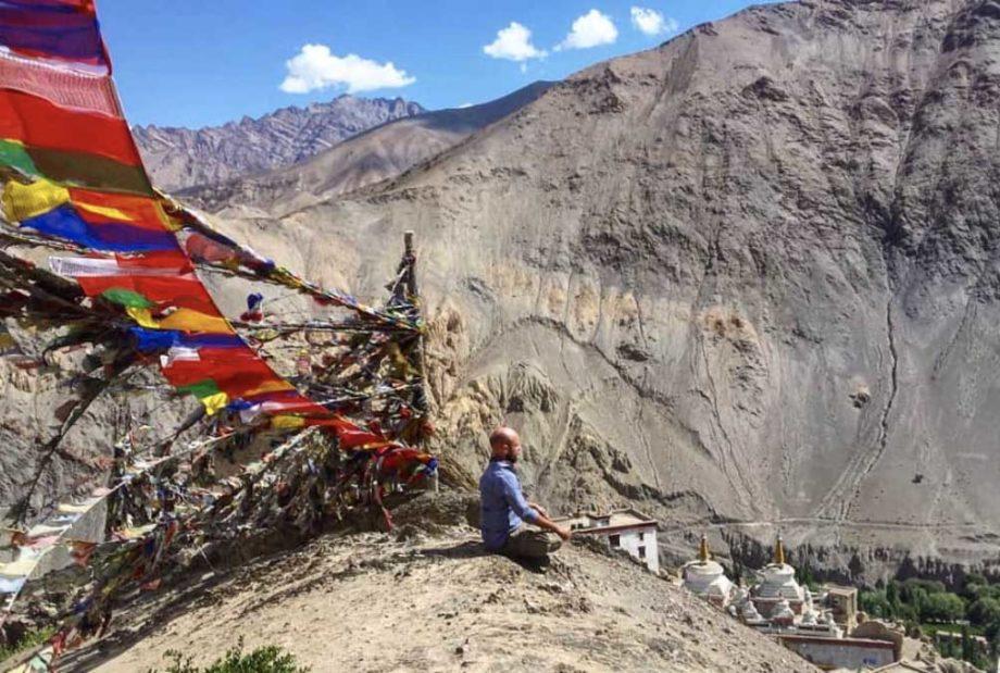 Homme qui médite dans les montagne Alexis