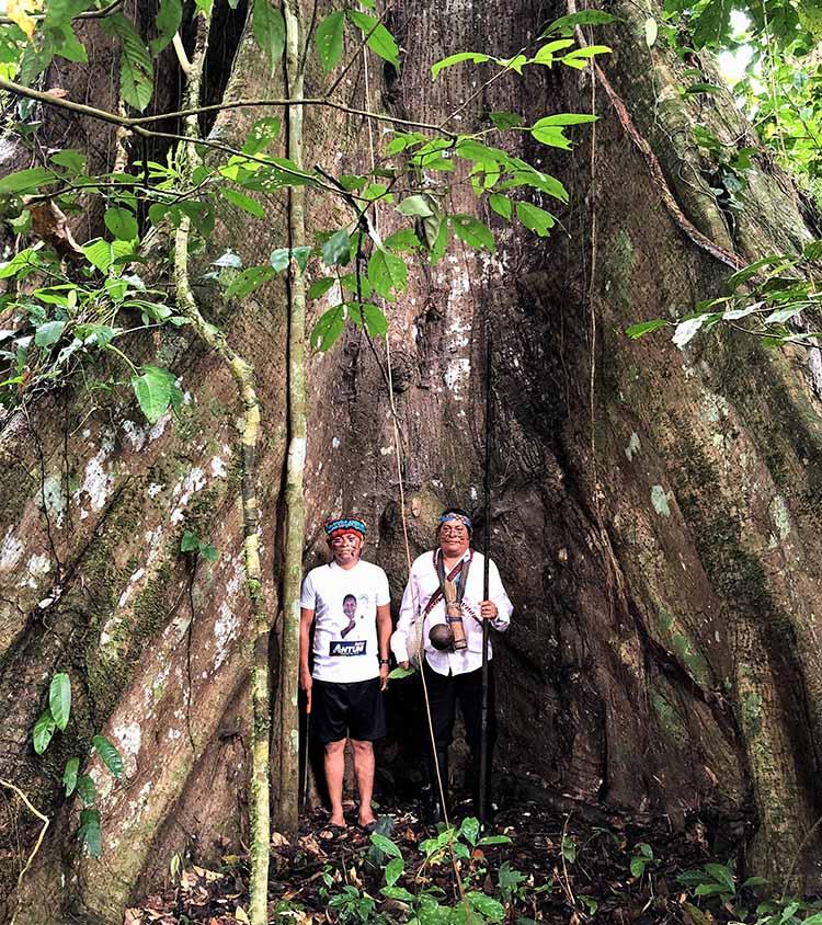 Chefs Achuars au pied d'un arbre dans la foret Amazonienne