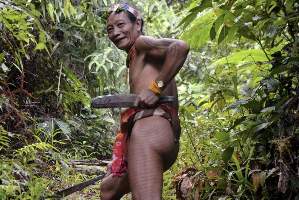 Homme Mentawai dans le jungle