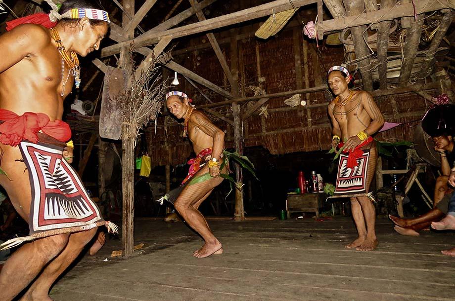 Shamans Mentawai qui font la danse de l'oiseau