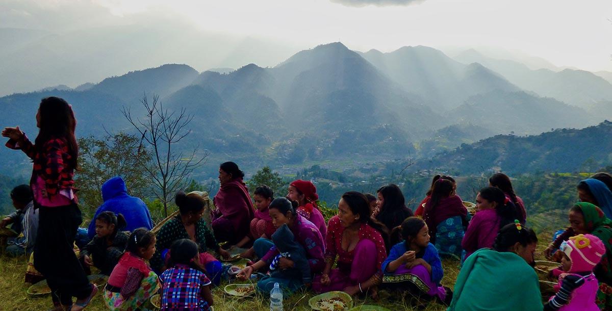Groupe de femmes et enfants peuples racines au Népal devant les montagnes