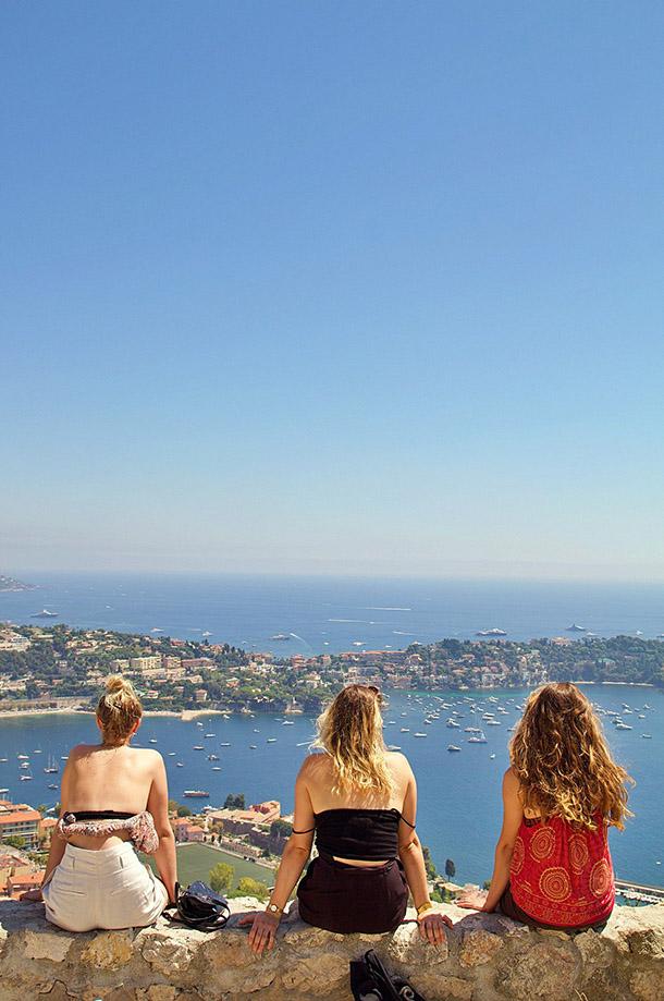 Trois femme de dos devant l'océan
